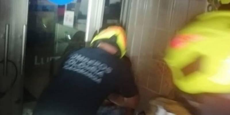 Bomberos tuvieron que acudir a rescatar al frustrado ladrón.