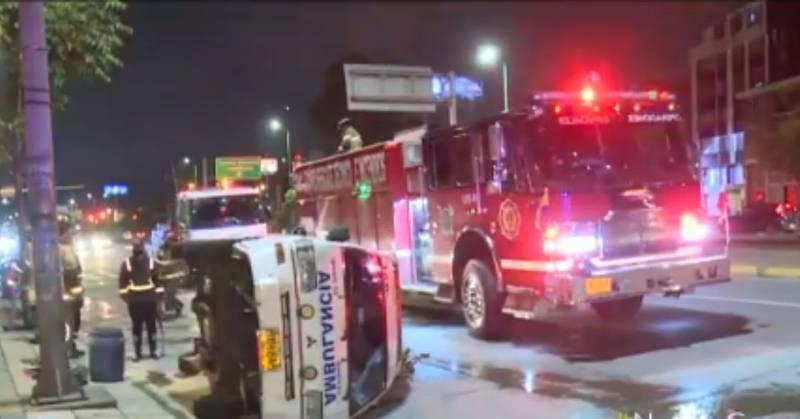 Ambulancia se volcó al tratar de evitar el choque con una motocicleta