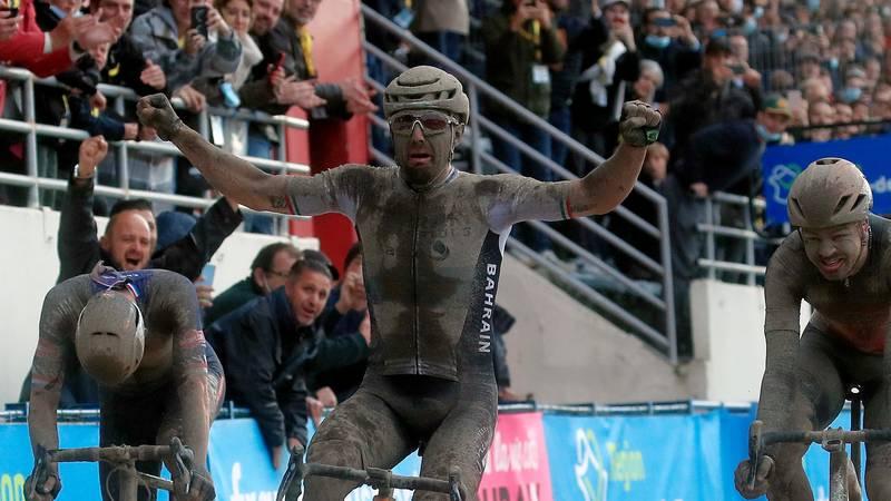 Bañado en barro y como loco, así ganó un italiano la mítica París-Roubaix