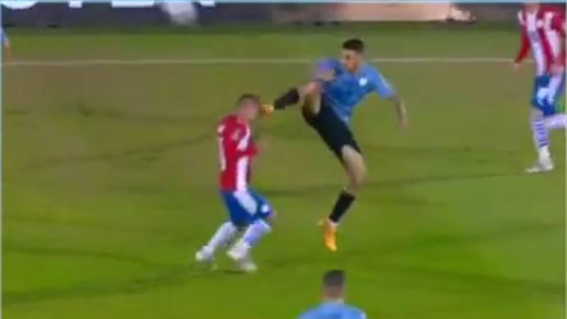 La patada ninja que Wilmar Roldán perdonó en el Uruguay vs Paraguay