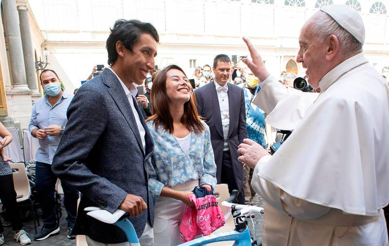Bicicleta con los colores de la bandera argentina y la Maglia Rosa, los regalos de Egan Bernal al papa Francisco