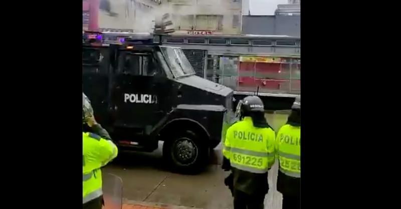 Policía dispersa marchantes a punta de disparos aunque armas de fuego están prohibidas en protestas
